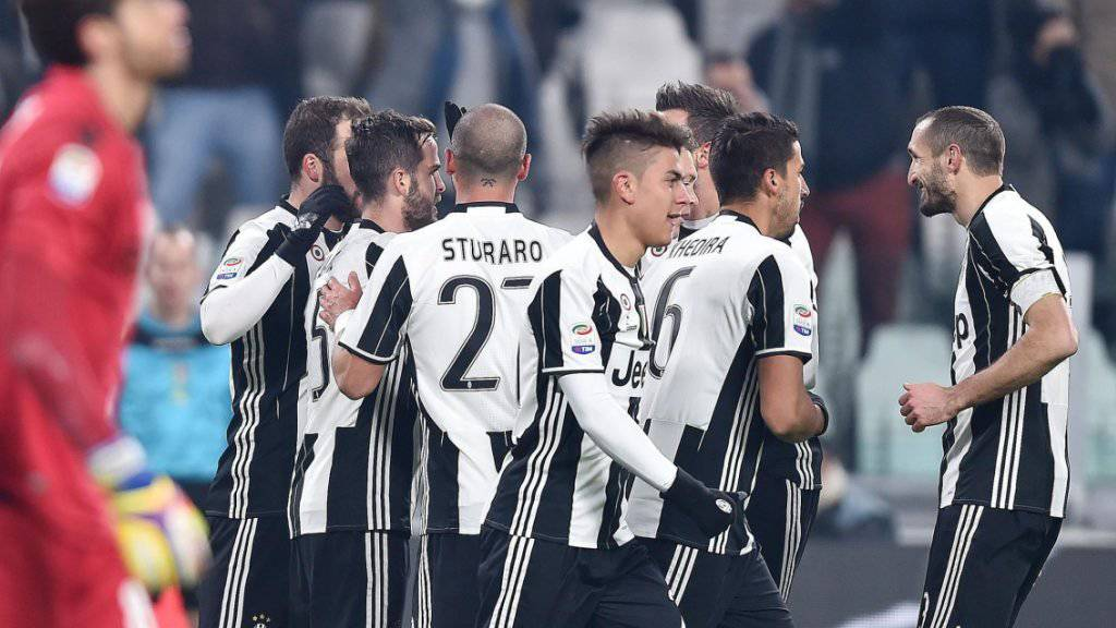 Die Juventus-Spieler jubeln über einen ihrer drei Treffer gegen Bologna