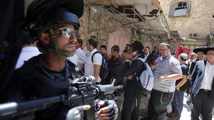 Ein israelischer Grenzpolizist steht bewaffnet vor der Klagemauer: Der traditionelle Priestersegen lockt Tausende Gläubige nach Jerusalem.
