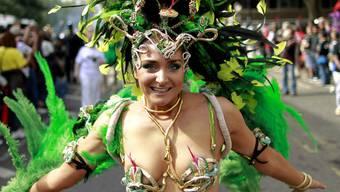 Spärlich bekleidete Tänzerin in Notting Hill