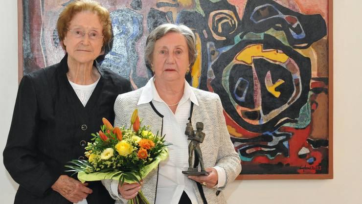 Elisabeth van de Cuylen (rechts) ist in der Oberen Kirche mit dem «Krug von Bad Zurzach» ausgezeichnet worden. Links Margrit Edelmann, Frau des Stiftungsgründers Walter Edelmann. Angelo Zambelli