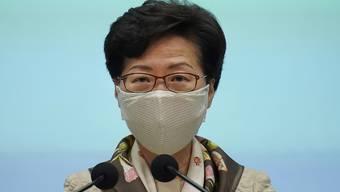 Carrie Lam, Regierungschefin von Hongkong, während einer Pressekonferenz. Erstmals seit drei Jahrzehnten darf in Hongkong nicht der Opfer der blutigen Niederschlagung der Demokratiebewegung am 4. Juni 1989 in China gedacht werden. Foto: Vincent Yu/AP/dpa
