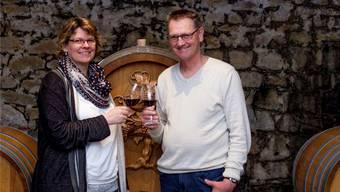 Platz für 45000 Liter Wein: Petra und Peter Zimmermann im Weinkeller. Mario Heller