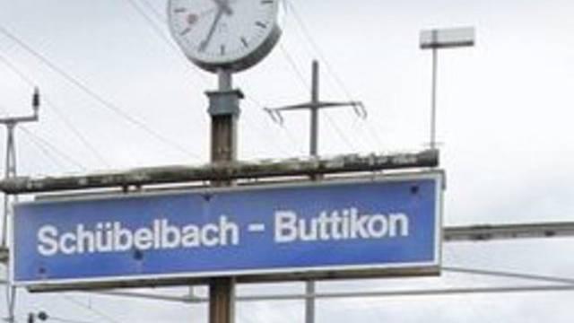 Das Schild am Bahnhof in Schübelbach (Symbolbild)