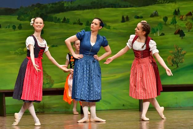 Die Mutter mit ihren beiden Töchtern Goldmarie (links) und Pechmarie (rechts)