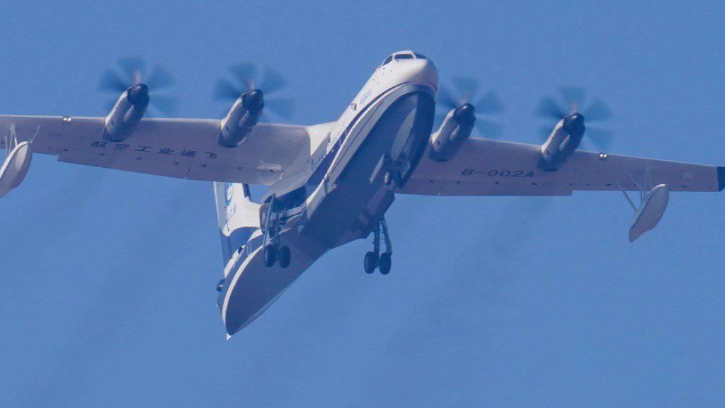 Das in China entwickelte grösste Wasserflugzeug der Welt hat seinen Jungfernflug unternommen. Das Flugzeug kann militärisch eingesetzt werden, ist aber für Rettungseinsätze auf See sowie für Löscharbeiten bei Waldbränden gedacht.