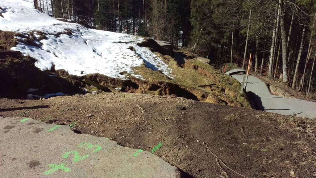 Die Strasse wurde durch den Erdrutsch komplett zerstört. (© zVg)