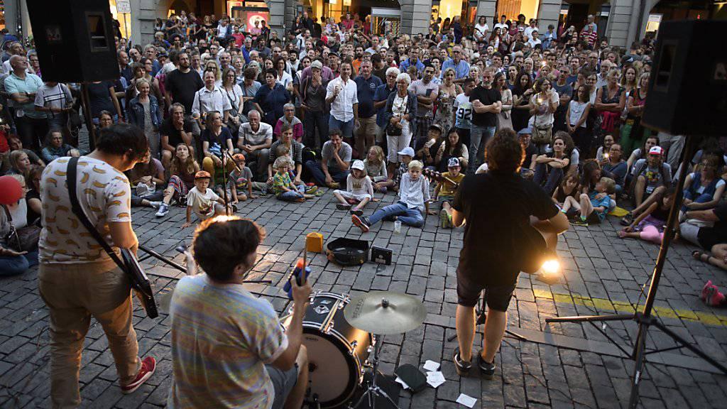 Der Reiz eines Strassenmusikfestivals: Band und Zuschauer kommen sich nah wie sonst nie. Im Bild die Schweizer Band Les fils du Facteur, die zu den auftretenden Künstlern des 15. Berner Buskers gehörten.