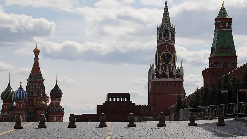 Basiliuskathedrale (links), das Leninmausoleum und der Spasski-Turm des Kreml am Roten Platz.