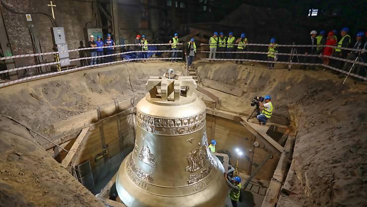 Vier Meter hoch und 55 Tonnen schwer: In Polen ist eine der weiltweit grössten Kirchenglocken enthüllt worden.