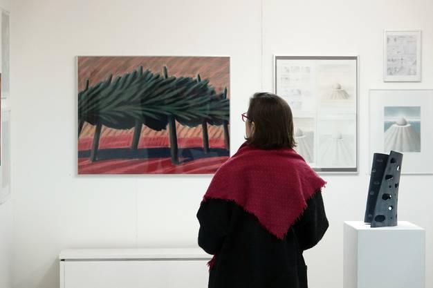 Besucherin im Gluri Suter Huus vor einem Gemälde von Martin Ruf.