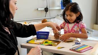Eine Pädagogin im Kinderspital: Künftig bekommt sie ihren Lohn nicht mehr nur von den Trägerkantonen des UKBB.