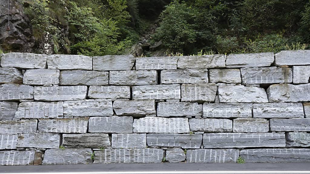 Sattel baut Trockensteinmauer beim ehemaligen Gemeindehaus