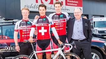 Fahrer des Team Roth-Felt mit Manager Roberto Marchetti (rechts)