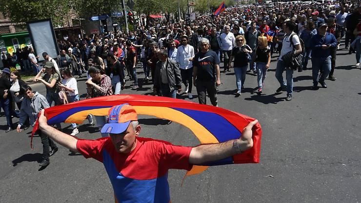 Die Proteste gehen weiter, während die Regierungspartei versucht, sich den Support der Quasi-Schutzmacht Russland zu sichern.
