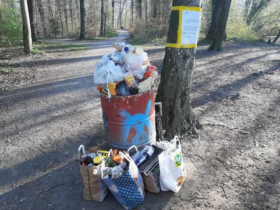 Eigentlich gilt die Devise: Daheim bleiben. Am ersten April-Wochenende zog es trotzdem viele Menschen nach draussen. Der Abfallberg bei der Arabrücke in Bremgarten ist riesig. (5. April)