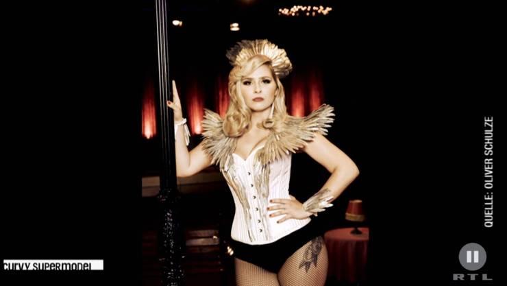 Vera überzeugt beim Moulin Rouge-Shooting an der Strassenlaterne.