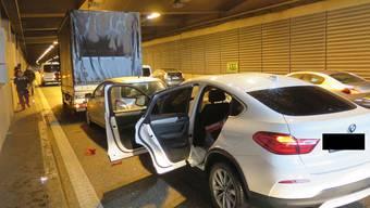 Ein fünf Jahre alter Knabe, welcher sich im auffahrenden Fahrzeug befand, wurde bei der Kollision schwer verletzt.