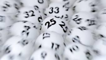 Lottokugeln in einem Geräte vor der Ziehung. (Symbolbild)