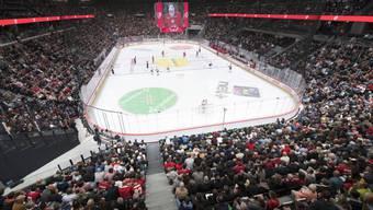 Im September fanden in der neuen Halle die ersten Eishockeyspiele statt. Das Gebäude wurde unter grossem Zeitdruck fertiggestellt. (Archiv)