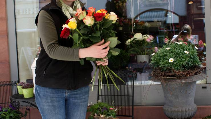 Holländer neu im Sortiment: Carola Wisler begutachtet ihre Rosen. (Carole Gröflin)