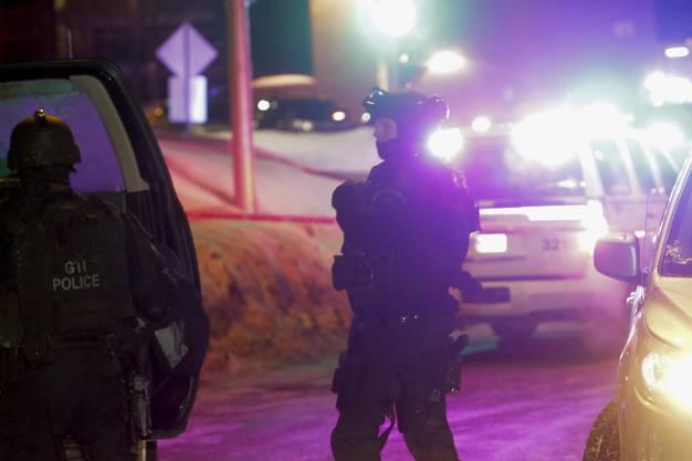 Einer Polizeisprecherin zufolge waren dort zu diesem Zeitpunkt vor allem Männer zum Abendgebet versammelt.