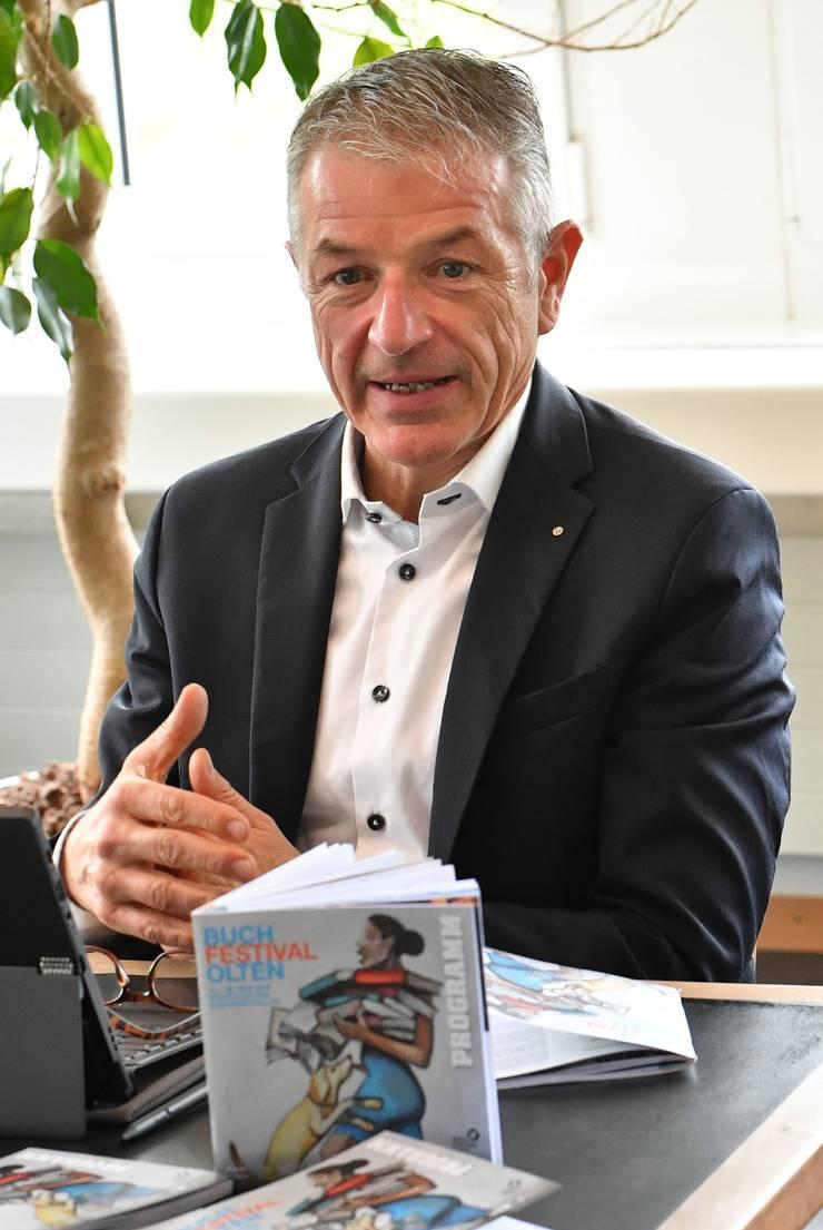 Trägervereinspräsident Georg Berger bei der Präsentation des zweiten Buchfestivals. Im Vordergrund das 72-seitige Programmheft mit dem Coverbild, das eigens dafür vom Oltner Künstler Jörg Binz gestaltet wurde.