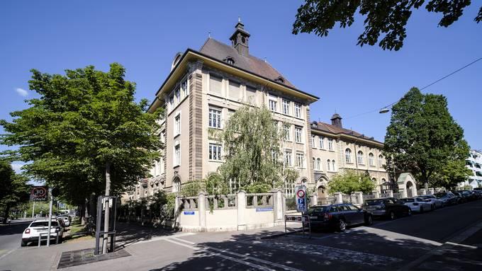 Eine Primar- und eine Kindergartenklasse des Isaak-Iselin-Schulhauses sind in Quarantäne, da ein Geschwisterpaar Corona-positiv ist.