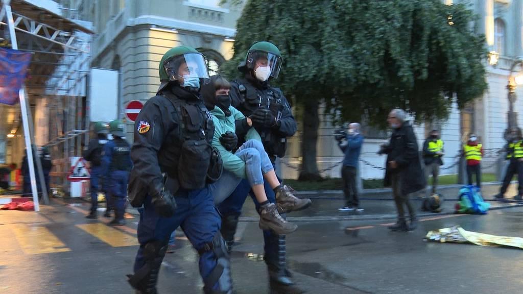 Polizei räumt Klima-Camp in Bern: Feuerwehr sägt Ketten auf, Polizei trägt Demonstranten weg