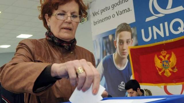 Eine Montenegrinerin legt in Podgorica ihren Stimmzettel in die Urne