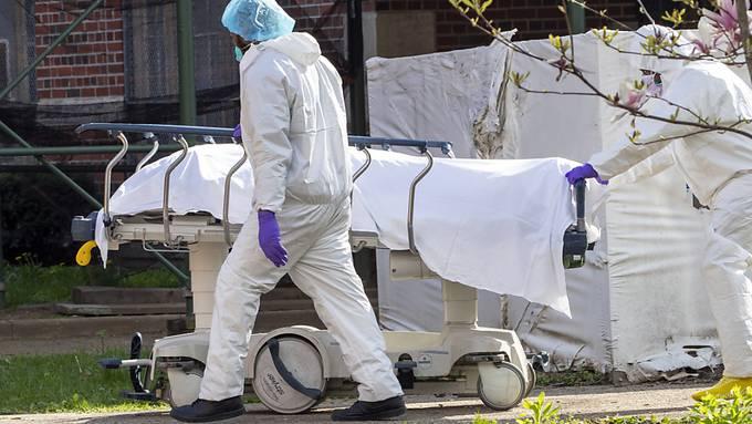 ARCHIV - Medizinisches Personal transportiert im New Yorker Stadtbezirk Brooklyn eine Leiche. Foto: Mary Altaffer/AP/dpa