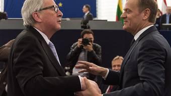Demonstrative Einigkeit zwischen Juncker (l) und Tusk vor dem EU-Parlament.