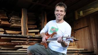 Oswald Hürlimann baut Holz-Gitarren.
