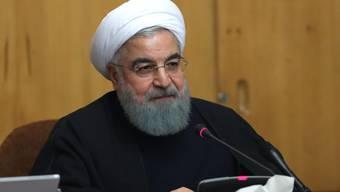 Der iranische Präsident Hassan Ruhani hat sein Land in einem Telefongespräch mit seinem französischen Amtskollegen Emmanuel Macron als frei und demokratisch bezeichnet. Macron rief Ruhani im Hinblick auf die Demonstrationen zur Zurückhaltung auf. (Archivbild)