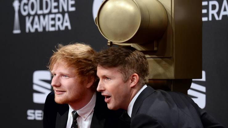 Die britischen Musiker Ed Sheeran (links) und James Blunt sind sowohl im Musikbusiness wie auch auf der Skipiste gute Kumpels. (Archivbild)
