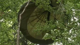 Er fliegt mit dem Fallschirm in die Bäume und hängt 3 Stunden dort fest.