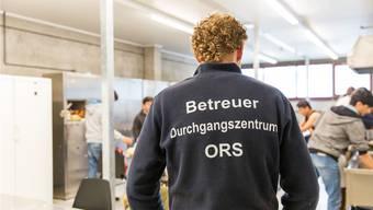 Ein ORS-Mitarbeiter betreut die Füchtlinge.