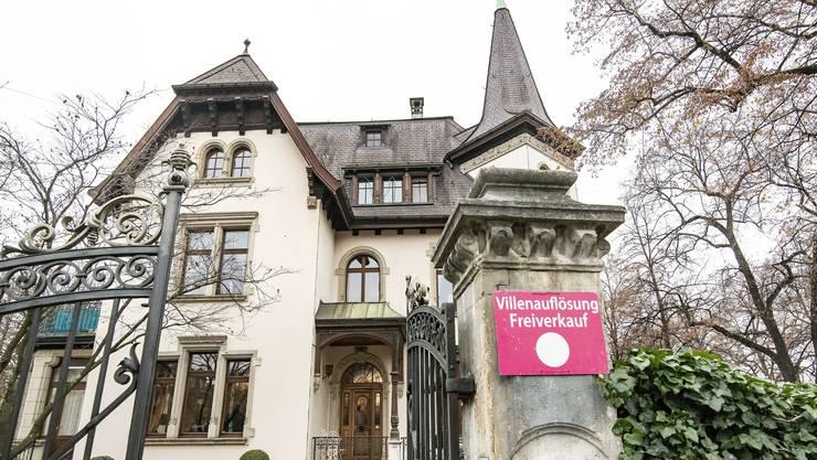 In der herrschaftlichen Villa am Bundesplatz 10 werden noch bis Montag seltene Lithografien, extravagante Möbel und wertvolle Lampen verkauft.