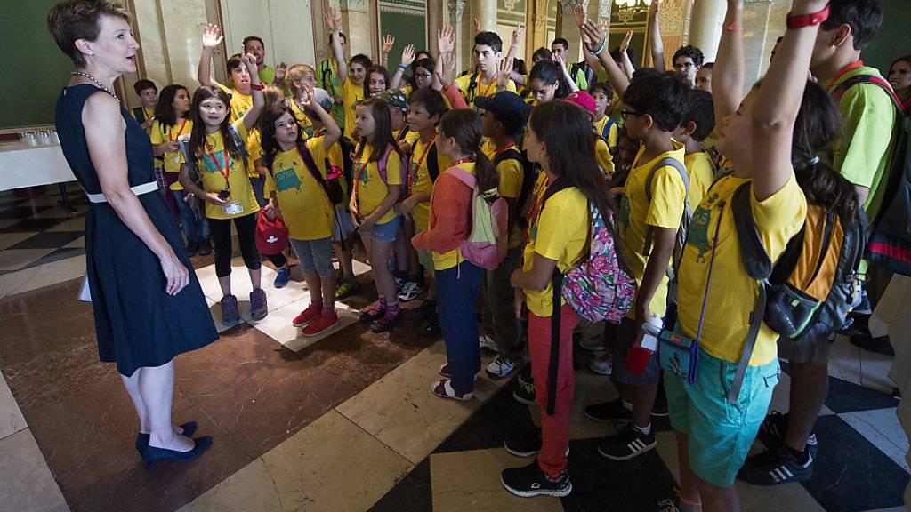 Die Kinder von Auslandschweizern beim Besuch bei Simonetta Sommaruga in Bern: Immer mehr Personen ziehen aus der Schweiz ins Ausland. (Archivbild)