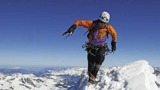 Ueli Steck durchstieg 2008 solo und ungesichert die Eigernordwand auf der Heckmair-Route in 2 Stunden 47 Minuten. Heute hält Daniel Arnold den Rekord. Er war 2011 20 Minuten schneller. Foto: Robert Boesch