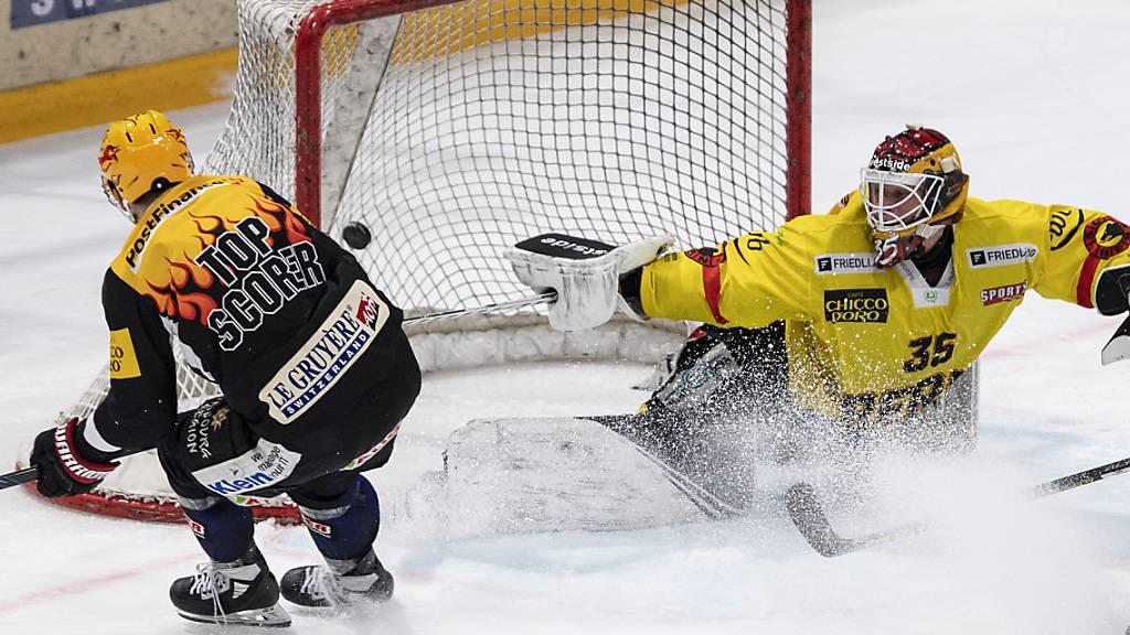 Es ging zu schnell für den SC Bern: Fribourgs Killian Mottet schiesst die Scheibe an Tomi Karhunen vorbei zum 2:0 ins Tor