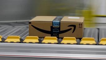 Ein Amazon-Paket für ein Prime-Mitglied auf einem Förderband. Insbesondere die zahlenden Prime-Mitglieder verhalfen Amazon zu einem Gewinnsprung. (Archiv)