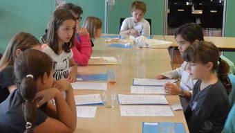 Nach den Interviews mit den Angestellten schreiben die Kinder ihre Texte.ZVG