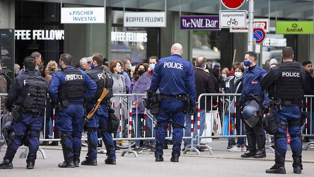 Wegen einer unbewilligten Kundgebung von Gegnern der Corona-Massnahmen hat die Polizei den Berner Bundesplatz abgeriegelt.