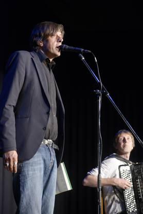 Pedro Lenz liest – begleitet von Adi Blum – am Akkordeon im Kleintheater.