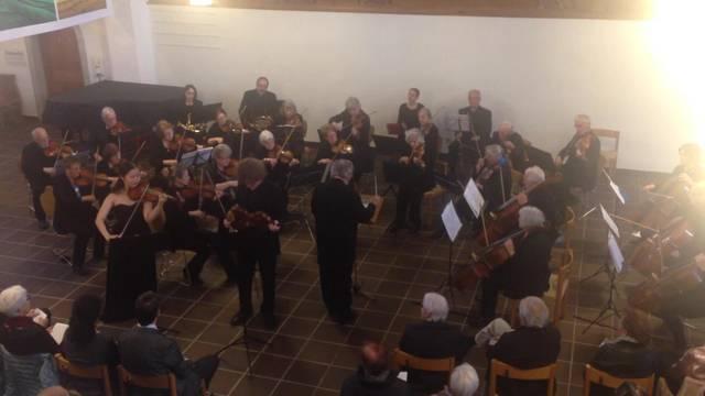 Das Orchester harmoniert mit den beiden jungen Solisten.
