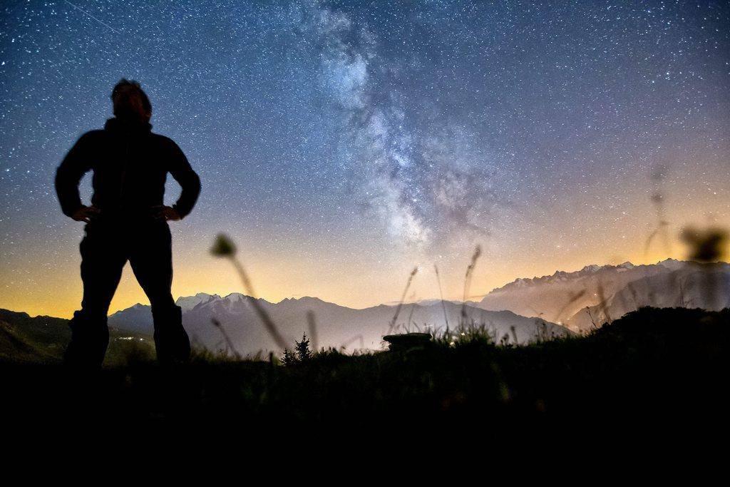 Eine klitzekleine Sternschnuppe findet sich links oben. Das Foto wurde auf dem Col Du Tronc geschossen. (© Keystone/Alessandro Della Bella)