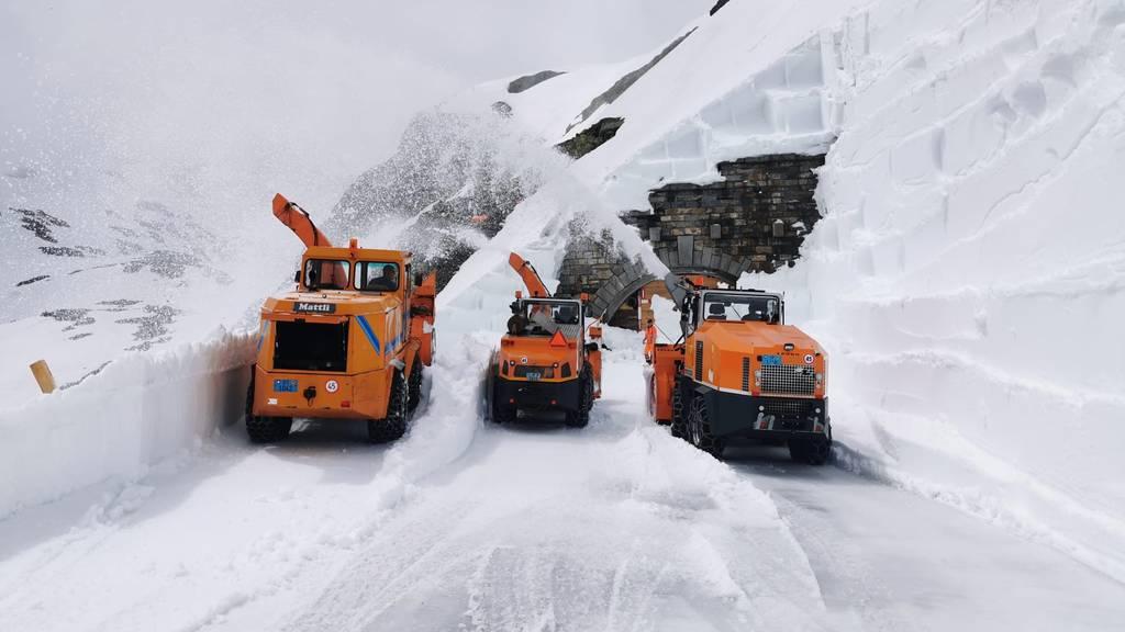Viel zu tun auf dem Sustenpass: Schneeräumungsmaschinen laufen auf Hochtouren