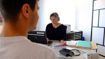 Allgemeinmedizinerin Irina Bichmann hat die Praxis vorderhand im Anstellungsverhältnis mit dem Spital übernommen. Rahel Plüss