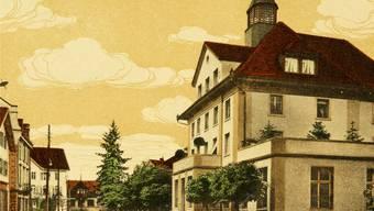 Das 1868 erbaute Postgebäude hat dem Platz davor den Namen gegeben und prägt ihn bis heute.