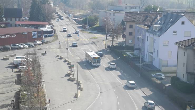Mehr Platz für den Verkehr: Ab Ende März soll die Überlandstrasse in Dietikon zwischen Altberg- und Limmatfeld-Quartier ausgebaut werden.